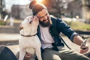 Un uomo con il suo cane (ANSA)