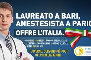 Il manifesto della campagna Fnomceo sulla fuga degli specialisti italiani all'estero (ANSA)