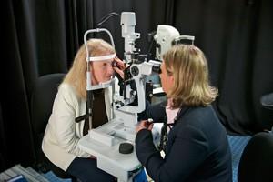 Una scansione degli occhi per la diagnosi di Alzheimer (ANSA)