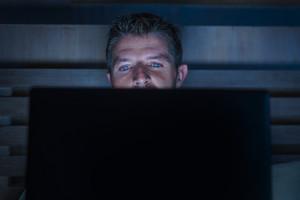 Chi lavora di notte può avere una maggiore tendenza al sovrappeso e a soffrire di infiammazione intestinale (ANSA)