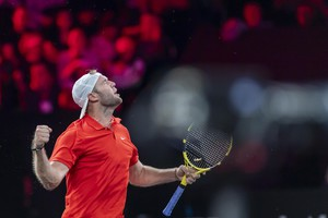 epa07856567 Team World's Jack Sock reacts during his singles match against Team Europe's Fabio Fognini at the Laver Cup tennis tournament, in Geneva, Switzerland, 20 September 2019.  EPA/MARTIAL TREZZINI (ANSA)