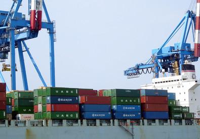 Un'operazione di carico di container nel porto di Genova (ANSA)