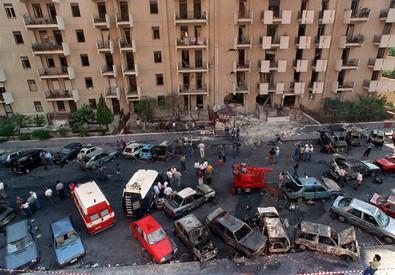 Via D'Amelio dopo l'esplosione di un'autobomba il 19 luglio 1992. GIOSUE' MANIACI/ANSA (ANSA)