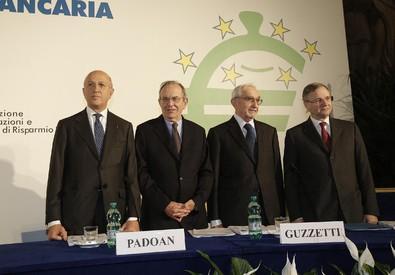 Antonio Patuelli (S), Piercarlo Padoan, Giuseppe Guzzetti e Ignazio Visco durante la 90/a Giornata Mondiale del Risparmio (ANSA)