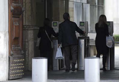 Dipendenti ministeriali varcano i tornelli d'ingresso a Roma (ANSA)