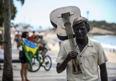 La statua di Jobim sulla spiaggia di Ipanema a Rio. I familiari negano i conti in Svizzera (ANSA)