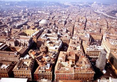 Una veduta  aerea di un settore centrale di Roma, in una immagine di archivio (ANSA)