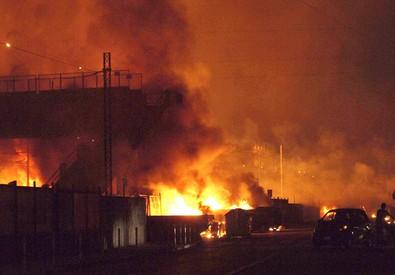L'incendio divampato nella notte tra il 29 e il 30 giugno 2009 nella stazione di Viareggio, a seguito dell'esplosione della cisterna del treno (ANSA)