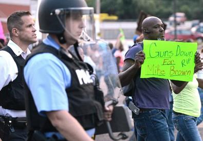 Una manifestazione dopo l'uccisione di Michael Brown a Ferguson nell'agosto 2014 (ANSA)