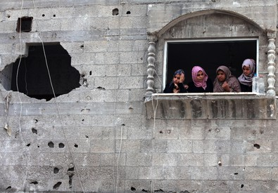 Una casa distrutta dai missili a Gaza (ANSA)