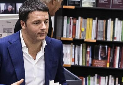 Renzi in libreria (ANSA)