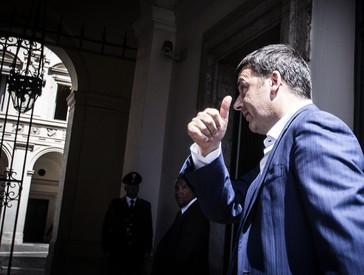 Il presidente del Consiglio Matteo Renzi rientra a palazzo Chigi. ANSA/ANGELO CARCONI (ANSA)