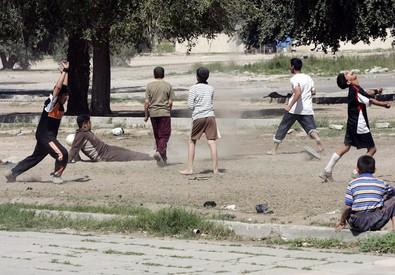Ragazzi giocano a calcio in Iraq (ANSA)