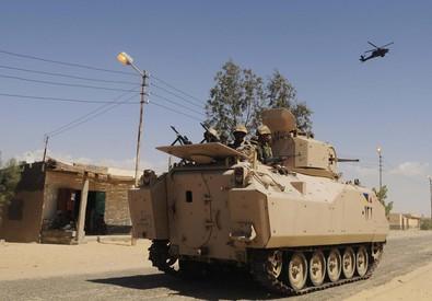 Pattuglia egiziana nel Sinai. Foto d'archivio (ANSA)