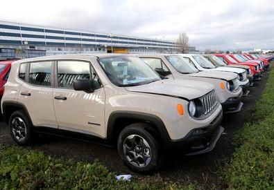 le nuove Jeep e le Fiat 500 X nei piazzali dello stabilimento di Melfi. ANSA/TONY VECE (ANSA)