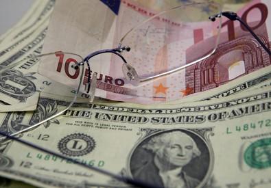 Euro cala ai minimi dal 2003 sul dollaro (ANSA)