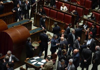 Operazioni precedenti allo spoglio al termine della prima votazione per eleggere il presidente della Repubblica nell'Aula della Camera, Roma, 29 gennaio 2015. ANSA/ETTORE FERRARI (ANSA)