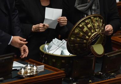 Un momento delle operazioni di spoglio al termine della prima votazione per eleggere il presidente della Repubblica nell'Aula della Camera (ANSA)