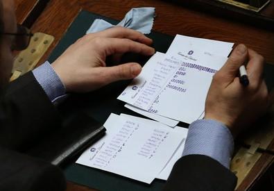 Conteggio dei voti durante le operazioni di spoglio (ANSA)