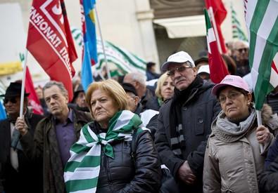 Una manifestazione di pensionati (ANSA)