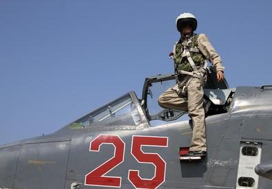 Un pilota russo su un jet da combattimento a Hmeimim (ANSA)