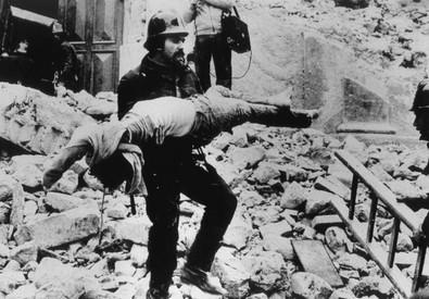 Il recupero di una vittima del terremoto in Irpinia del 23 novembre 1980 (ANSA)