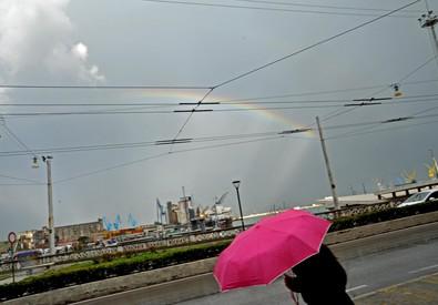 Meteo: spettacolare arcobaleno sul porto di Ancona (ANSA)