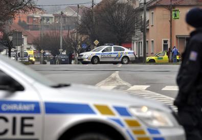 Un poliziotto in prossimita' del ristorante della sparatoria nella Repubblica ceca (ANSA)