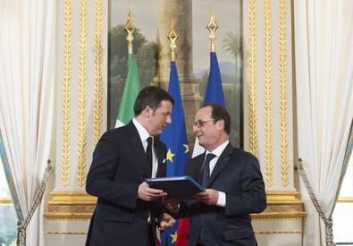 Renzi e Hollande nella conferenza stampa all'Eliseo (ANSA)