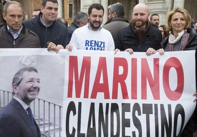 Salvini al Campidoglio con striscione 'Marino a casa' (ANSA)