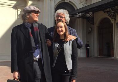 Beppe Grillo, Gianroberto Casaleggio e la giovane iscritta Maria Teresa (ANSA)