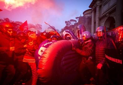 Scontri tra forze dell'ordine ed i manifestanti del Movimento per il diritto alla  casa a piazzale Flaminio (ANSA)