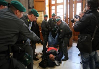 Lo sgombero degli occupanti nella basilica a Piazza del Popolo (ANSA)