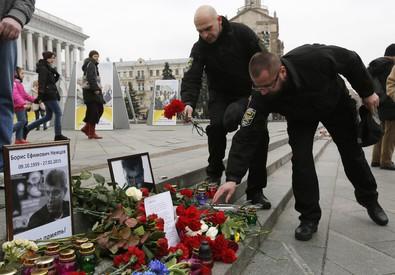 Nemtsov: russi portano fiori e candele su luogo omicidio (ANSA)
