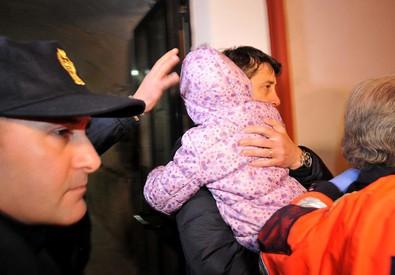 La bimba di 6 anni che ha vegliato il cadavere della mamma (ANSA)
