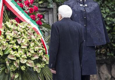 Il presidente della Repubblica Sergio Mattarella a via Fani (ANSA)