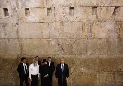 Dopo la vittoria elettorale, Netanyahu al Muro del Pianto (ANSA)
