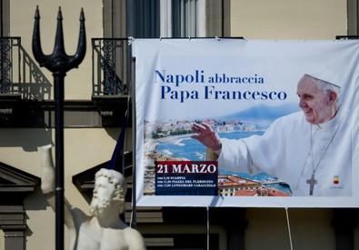 Papa a Napoli: manifesto su facciata Municipio (ANSA)