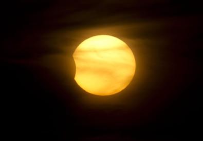 Arriva l'eclissi di Sole, centinaia di eventi per osservarla (ANSA)