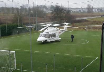 L'elicottero di Renzi sul campo da calcetto di Badia Al Pino. Arezzo (ANSA)