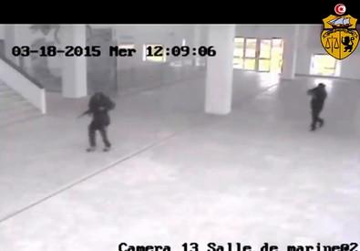 Tunisi: spunta video terroristi che entrano in museo Bardo (ANSA)