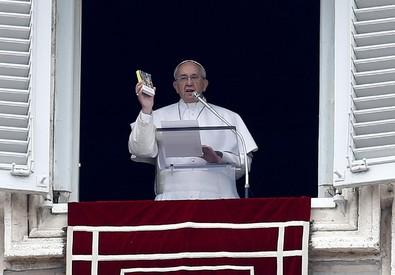 Papa Francesco durante la recita dell'Angelus in piazza San Pietro, Roma (ANSA)