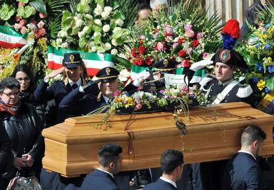 Tunisi: folla a funerali Torino, applauso accoglie feretri (ANSA)
