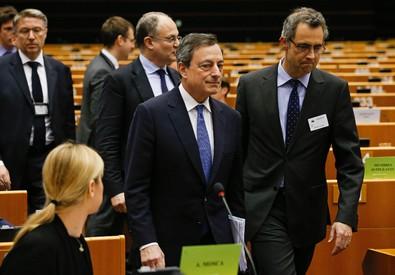 Mario Draghi arriva al parlamento europeo (ANSA)