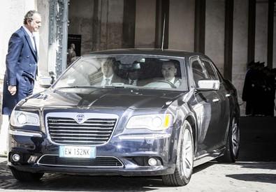 Il presidente del Consiglio Matteo Renzi lascia in auto il Quirinale (ANSA)