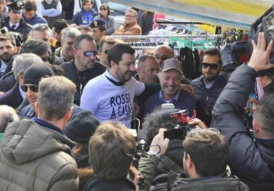 Salvini a Prato, selfie con cittadini cinesi (ANSA)
