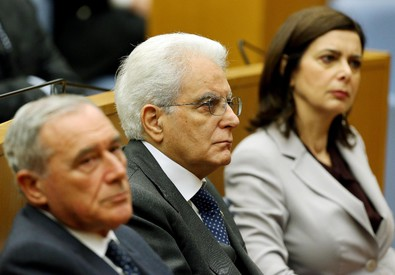 Il presidente della Repubblica Sergio Mattarella (C) con il presidente del Senato Pietro Grasso e il  presidente della Camera Laura Boldrini durante il convegno (ANSA)