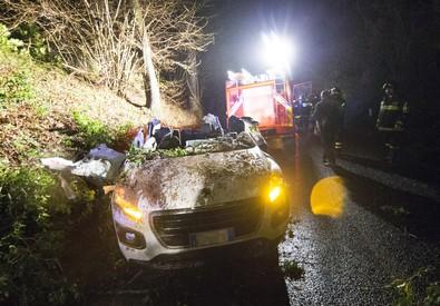 Maltempo: quercia cade su auto vicino Roma, un morto (ANSA)
