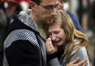 Il pianto di una ragazza che ha perso le sue compagne nel disastro della Germanwings (ANSA)