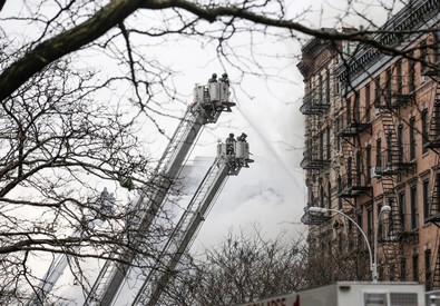 I vigili del fuoco a lavoro per spegnere l'incendio nella palazzina a Manhattan (ANSA)
